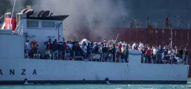 immigrazione migranti porto sbarco 2 lapresse1280 640x300