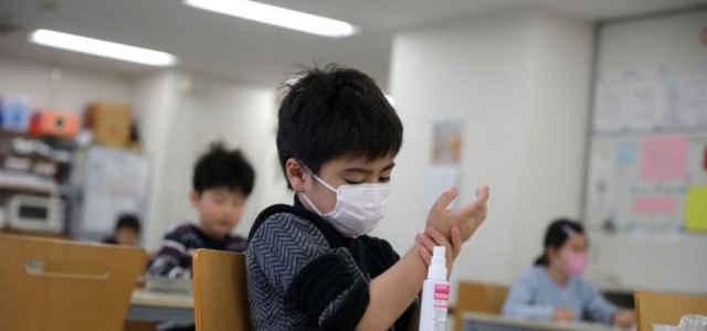 Bambini con mascherina a scuola nel mondo
