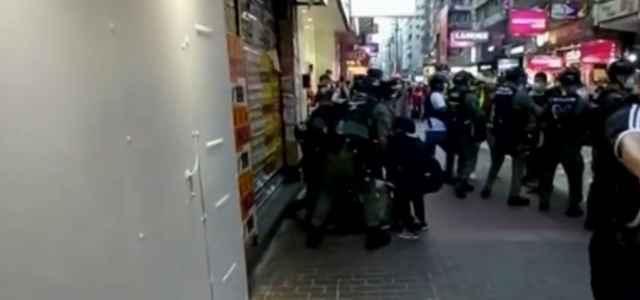 Aggressione polizia Hong Kong 640x300