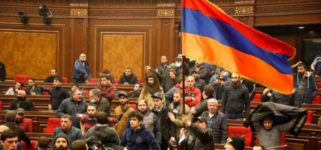 Folla in parlamento Armenia
