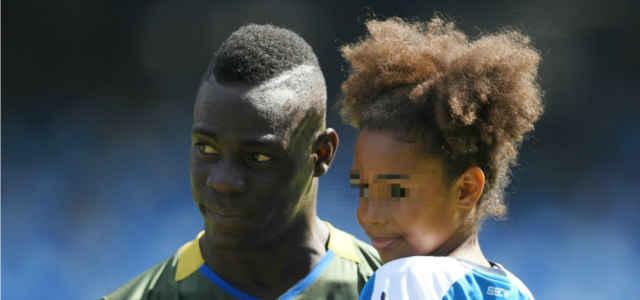 Mario Balotelli con in braccio sua figlia Pia
