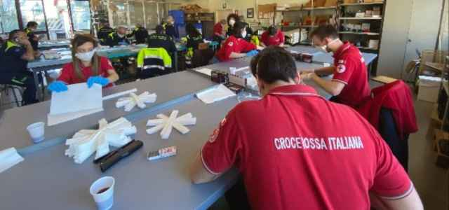 volontari protezione civile e croce rossa 50 mila protezioni in dieci giorni 2 640x300
