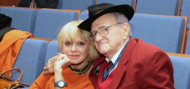 Teddy Reno abbraccia la moglie Rita Pavone