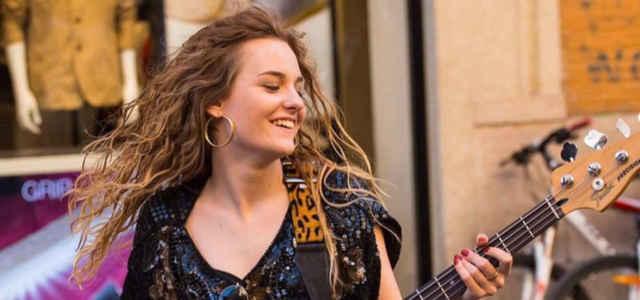 Victoria De Angelis suona il basso