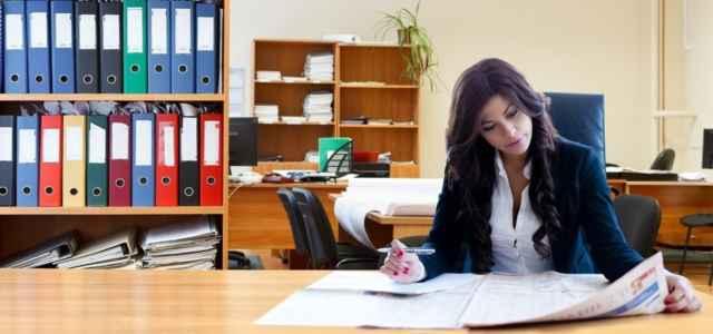 Lavoro donna scrivania ufficio Pixabay1280 640x300