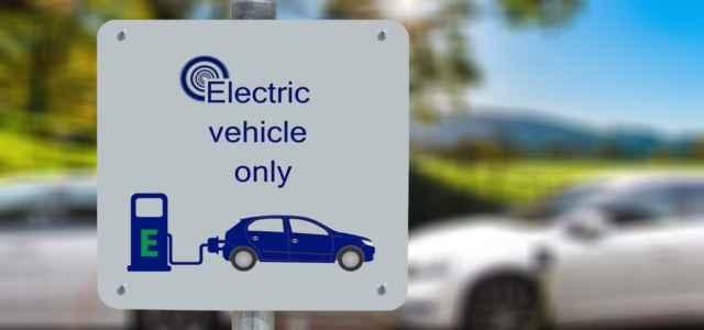 auto elettrica cartello pixabay1280 640x300