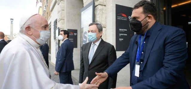 Papa Francesco con Gigi De Palo e il premier Mario Draghi