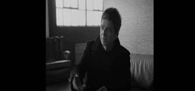 Noel Gallagher nel video del suo ultimo singolo We're on our way now