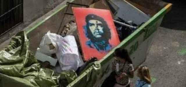 Foto del Che nella spazzatura