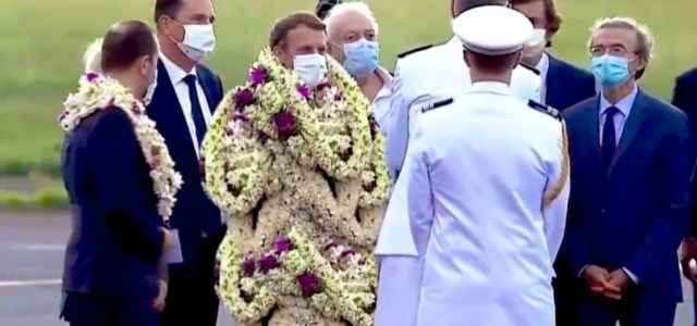 Emmanuel Macron, in Polinesia è ricoperto di fiori (Instagram)