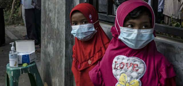Indonesia, bambini con mascherina