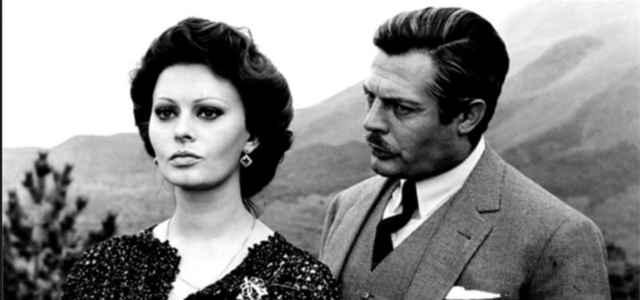 Marcello Mastroianni in compagnia della collega Sophia Loren