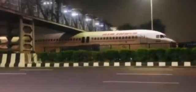 aereo incastrato sotto ponte India 640x300